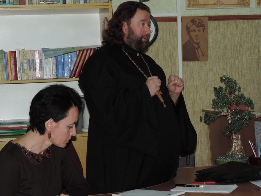 Настоятель кафедрального Петропавловского собора встретился с педагогами и родителями учеников УВК «Таврическая школа-гимназия № 20»